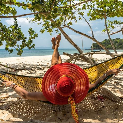 mujer, en, sombrero rojo, relajante, en, hamaca