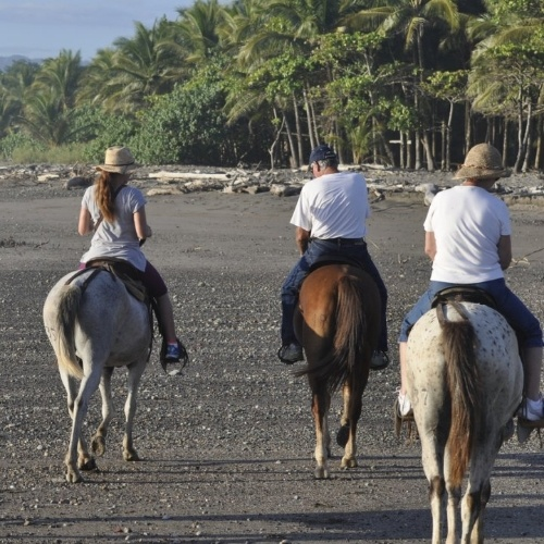 3 personas cabalgando en Montezuma
